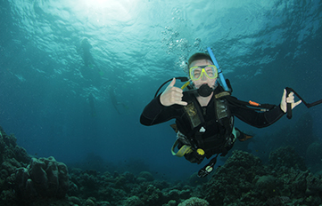 Karl Baer '17 diving in the Great Barrier Reef