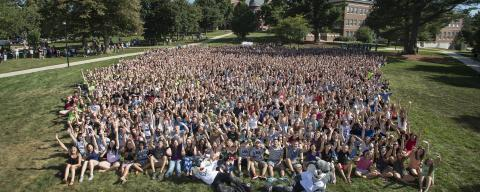 freshmen class on Thompson Hall Lawn at UNH