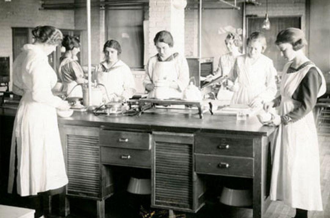 Cooking lab, Thompson Hall, 1921