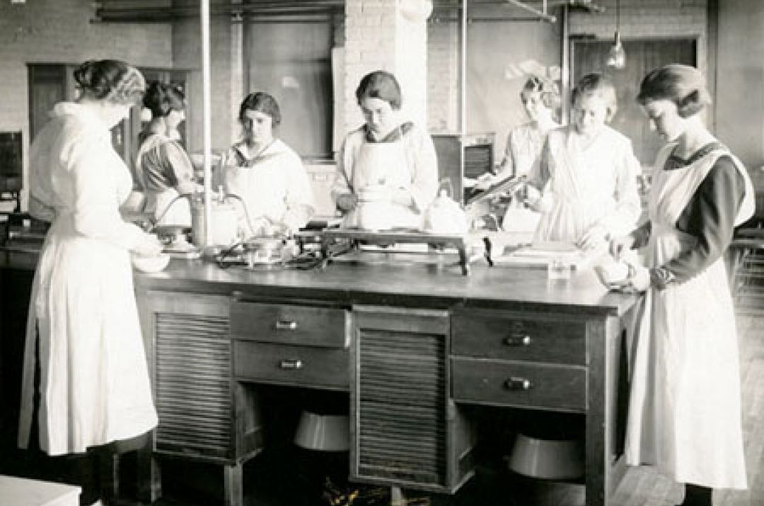Cooking lab, Thompson Hall, 1921