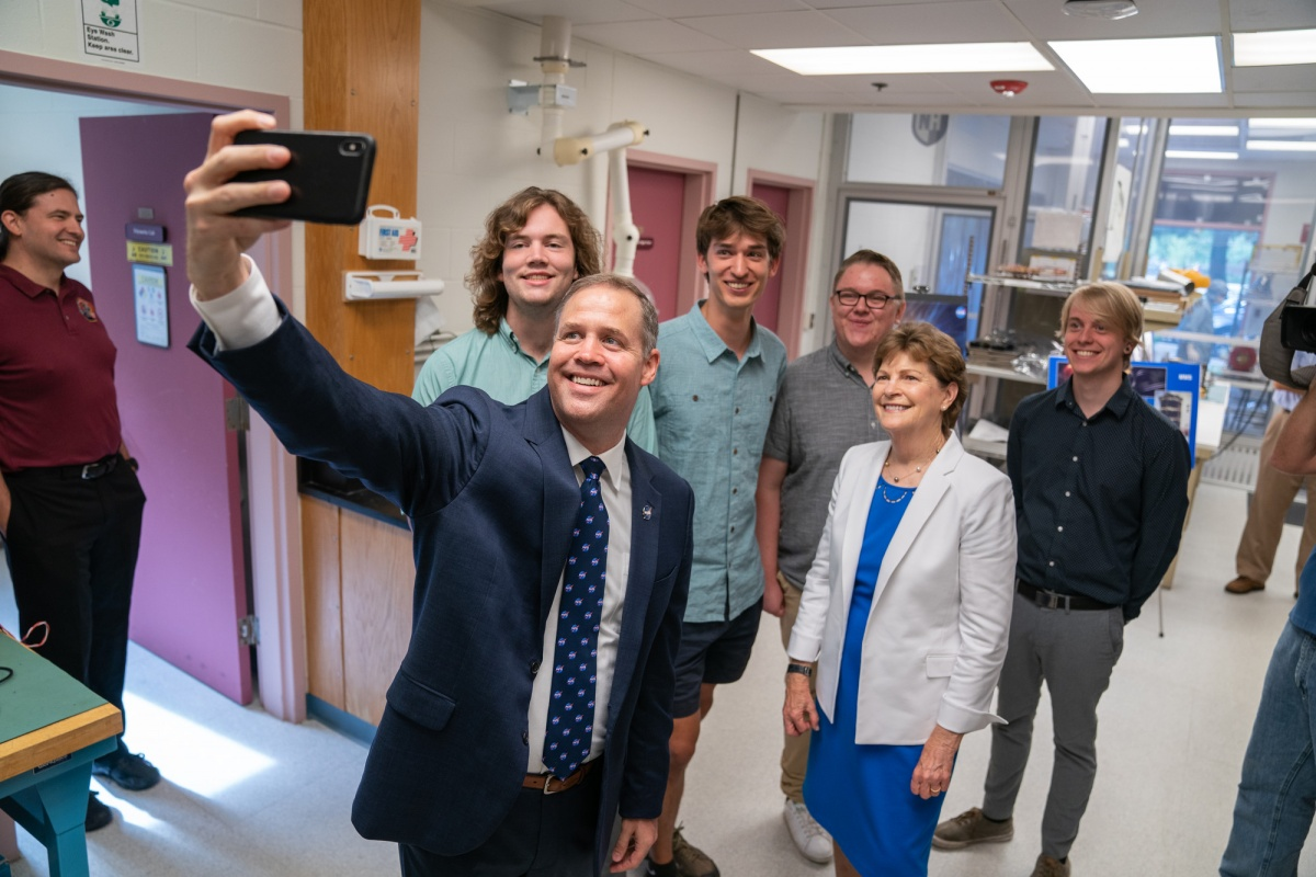 NASA administrator Bridenstine takes a selfie with UNH students and Jeanne Shaheen