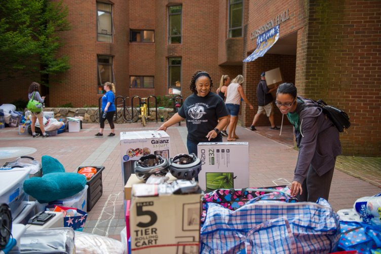 UNH students during move-in