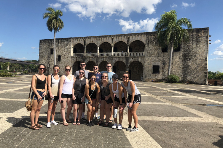 Group of students in front of building in the Dominican Republic