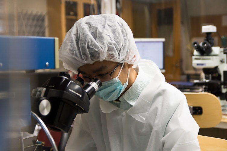 TAN DAO '21 WORKING IN A UNH LAB