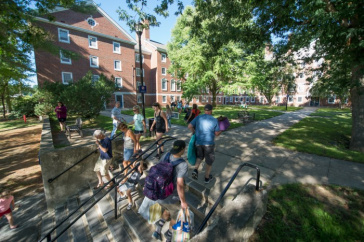 UNH students moving in to the upper quad