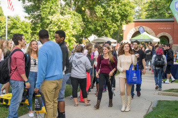 UNH students walking in front of Thompson Hall