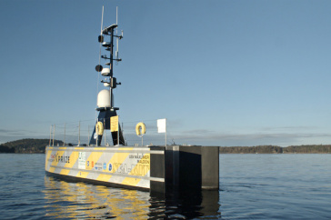 Uncrewed surface vessel (USV), SEA-KIT MAXLIMER, that pairs with an autonomous underwater vehicle to map the seafloor remotely.