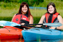 Beth Knotts '79 and daughter Kiralee '16 take a kayak break during Move-In Day
