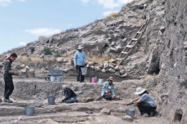 archaeologists excavating pottery at Çatal Höyük in Turkey