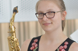 photo of Lynn Barszcz '19 with saxophone