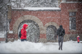 UNH students walking in the snow