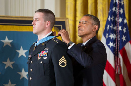 Ryan Pitts receiving medal of honor from President Obama